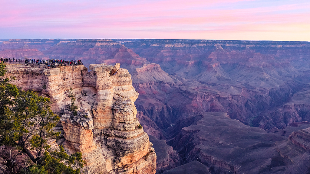 Image of a crowd of people on an overlook in Grand Canyon.
