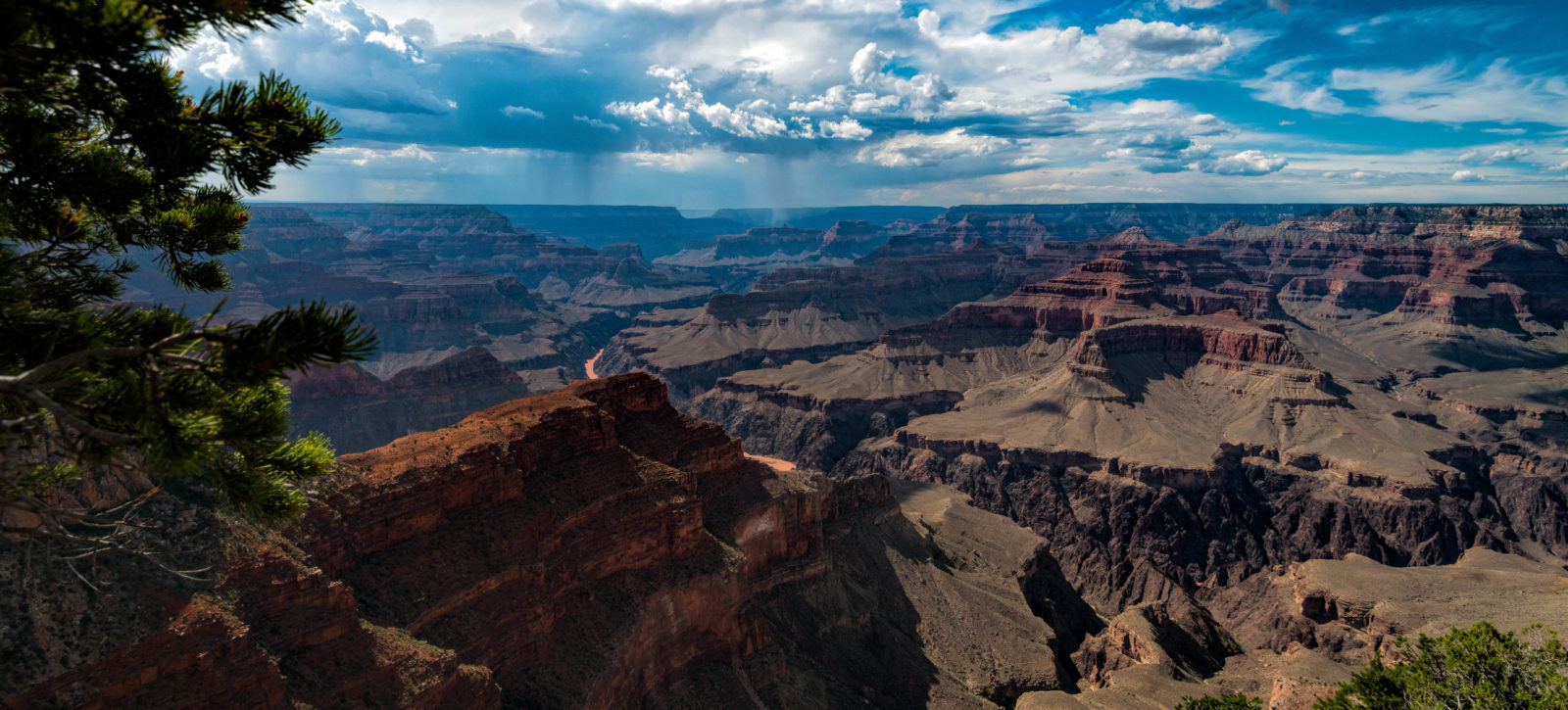 Looking into the Grand Canyon from South Rim