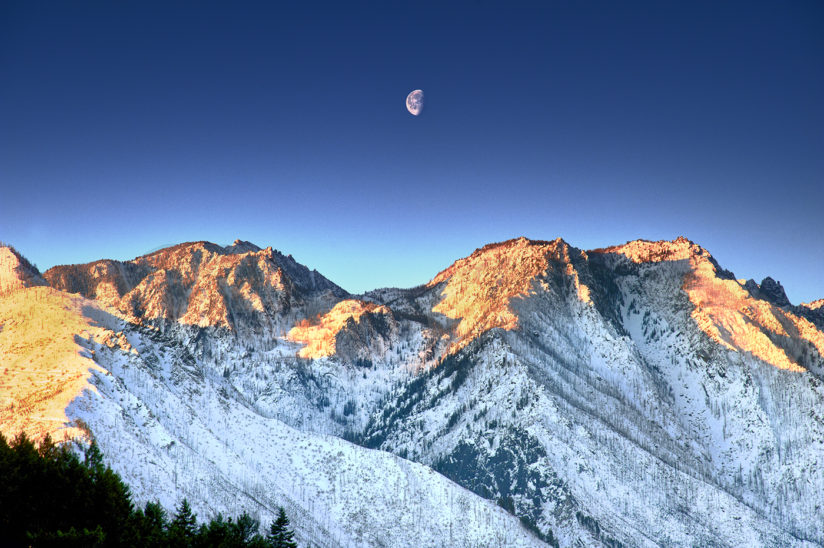 Sunrise Stuart Range with Moon Cascade Mountains, WA